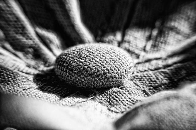 Knopf von Kappe – Industrie Produkt - Schwarz Weiß Makro Kunst Fotografie.