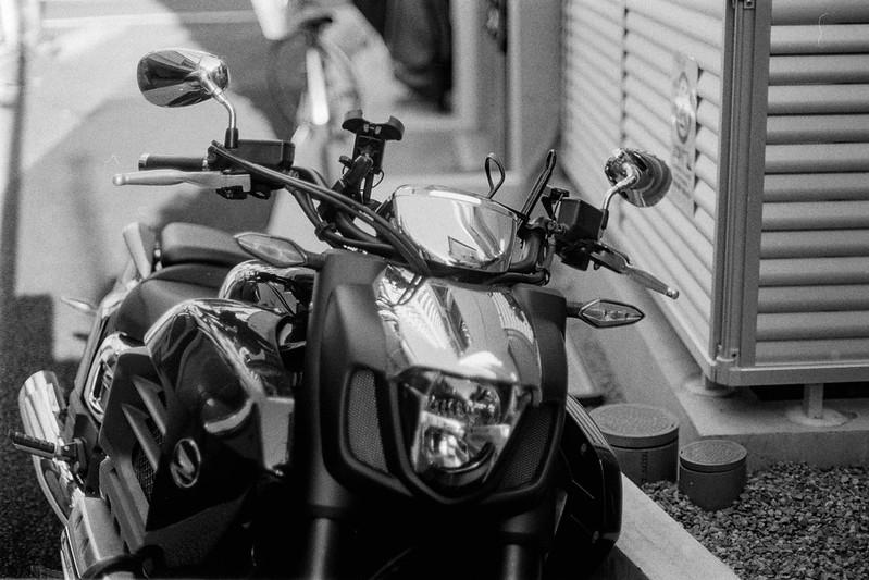 106 20210718Canon FTb+FD50mm f1 4+KODAK 400TX東池袋五丁目日の出広場前のバイク