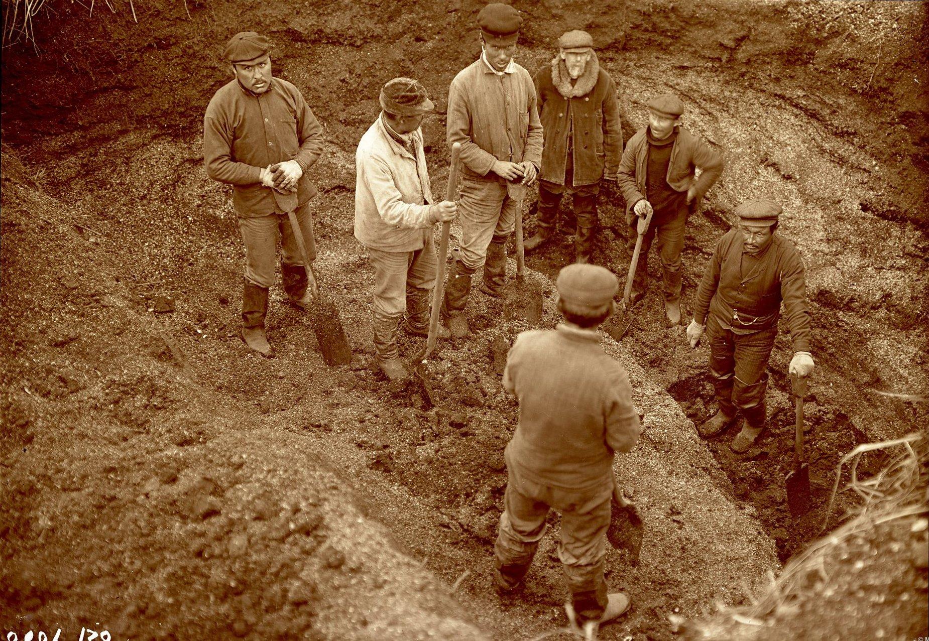 1909. В.И. Иохельсон на раскопках в древнем селении Идвидах, остров Умнак, Алеутские острова. 7 октября