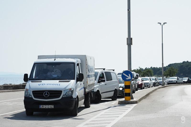 Sućuraj碼頭已有大批等候回程的車輛準備登船