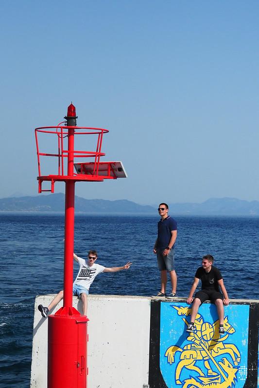 泊岸時當地居民向船上乘客揮手歡迎