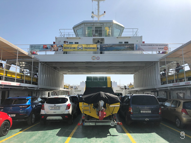 甲板上泊滿了各式各樣的車輛,乘客就坐在上一層