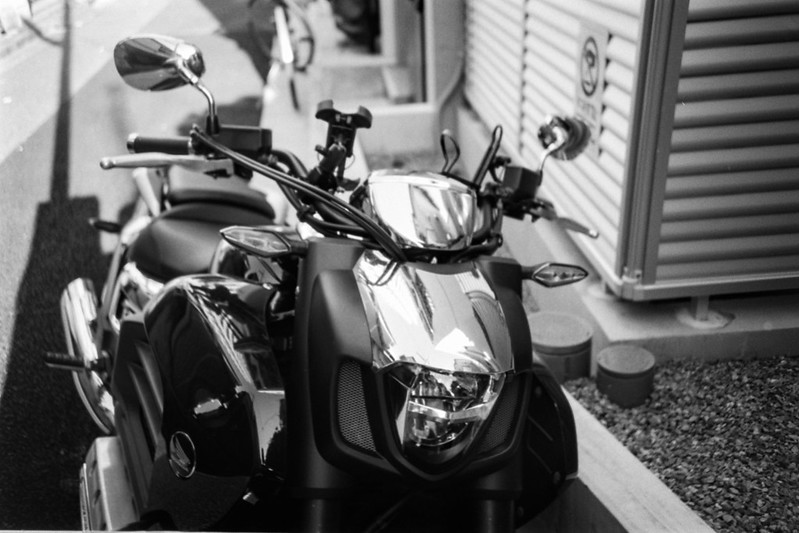 10 20210718LOMO LC A++Fujifilm ACROS100東池袋五丁目路地裏のバイク