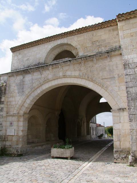 17 Pons : porche de l'hopital des pélerins XIIIe