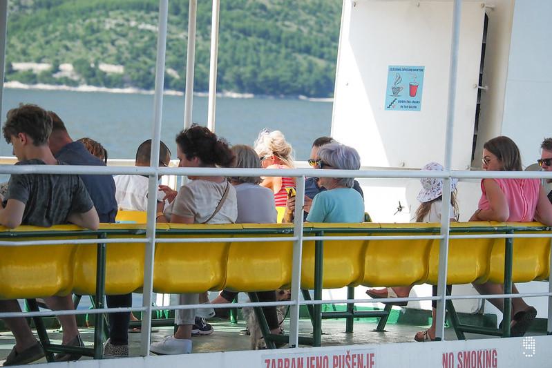 坐在甲板上吹吹海風優閒地看著船外的風景