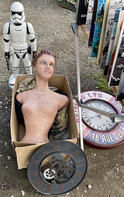 La guerre des étoiles et du temps : mannequin, un buste Chanel dans un carton