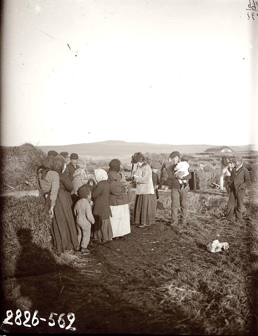 1909. Группа местных жителей. Алеутские острова, Умнак остров, с. Никольское. 21 октября