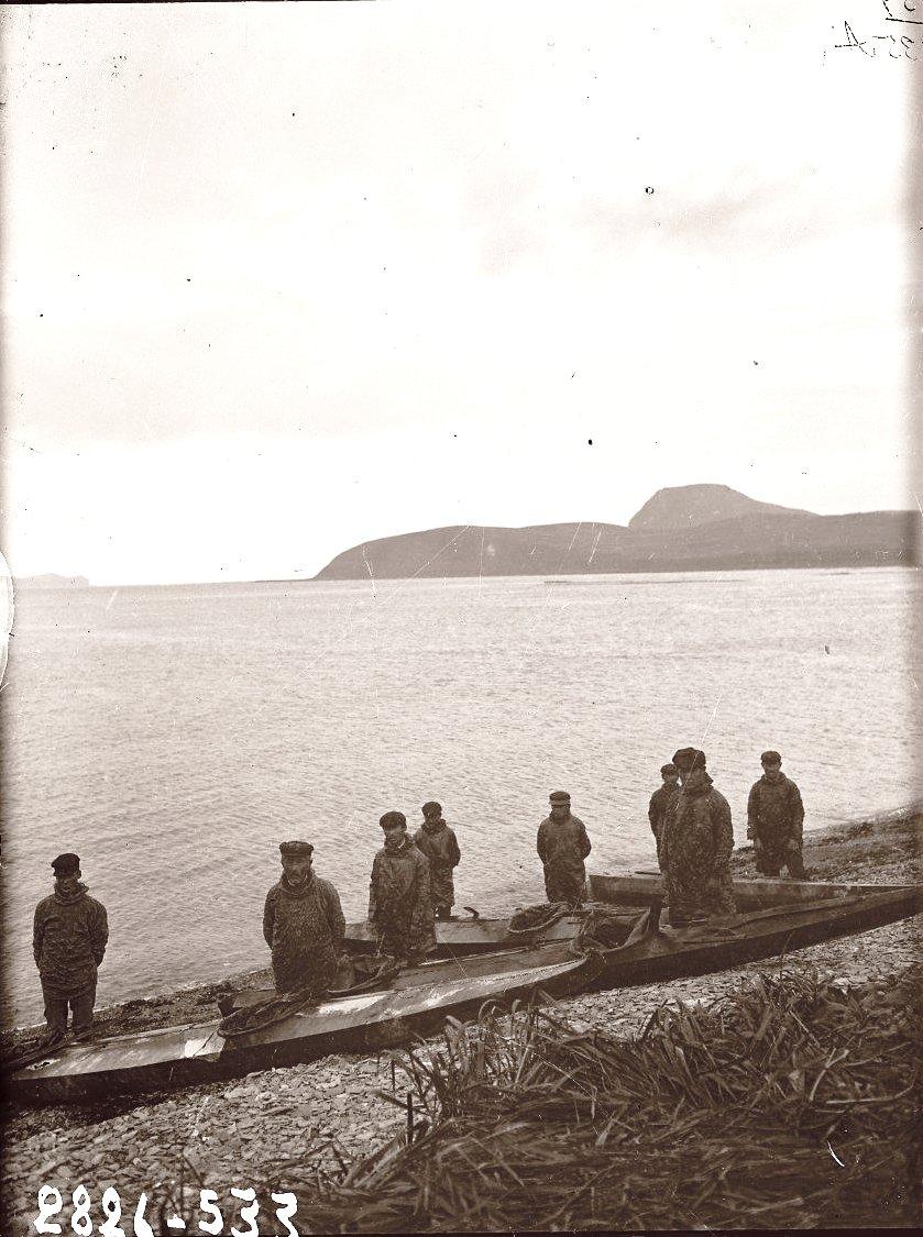 1909. Алеуты в байдарках. Алеутские острова, Умнак остров, с. Никольское. 8 октября