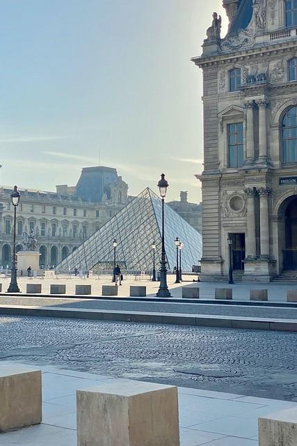 75 PARIS La pyramide du musée du Louvre, dessinée par l'architecte Ieoh Ming Pei (Pritzker Prize 1983), fait partie des  « Grands Travaux » initiés par François Mitterrand. Commandée  en 1983, vue sur pinterest