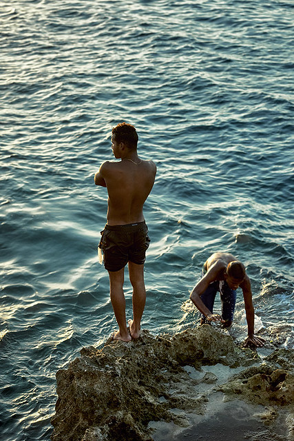 Muchacho mirando al horizonte antes de saltar al mar