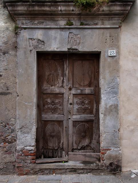 Porta di casa abbandonata