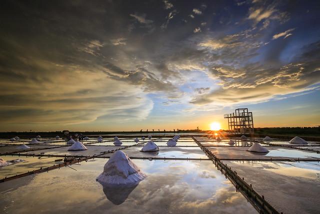 夕映鹽田(Saltfields sunset reflection)。