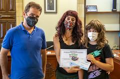 Naiara Bengoetxea recibe el primer premio del concurso de manos del alcalde Juan Carlos Abascal.