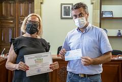 Sagrario Gómez-Limón recibe el segundo premio del concurso de manos del Concejal de Medio Ambiente, Jol Gisasola.