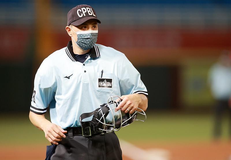 中職資深裁判紀華文受邀在東京奧運棒球賽中執法。(中職提供)