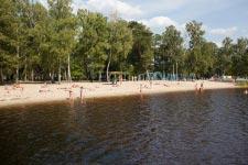 Территория Санатория Берестье летом - вид на пляж с берега
