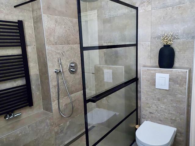 Zwart stalen deur landelijke badkamer bruingrijs