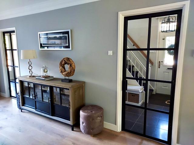 Riviera Maison dressoir hocker ornament op voet zwart stalen deur met vakjes