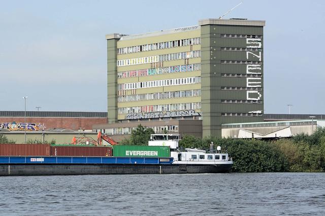 2086 Fotos aus dem Hamburger Stadtteil Kleiner Grasbrook, Bezirk Mitte; Blick über die Norderelbe zum Holthusenkai und Verwaltungsgebäuden vom Übersee-Zentrum.