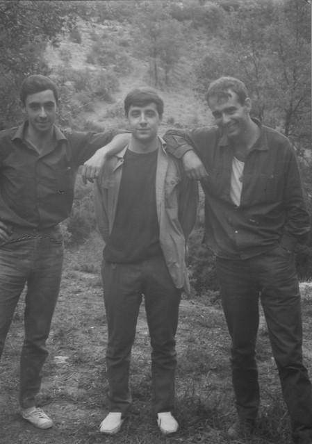 Tres amics. Tres Alberts. Després de fer espeleologia a la Cova del Toll). (1964)