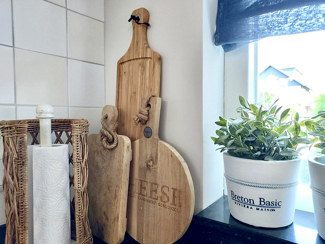 Houten snijplanken rotan keukenvolhouder Riviera Maison bloempotten hoekje aanrecht