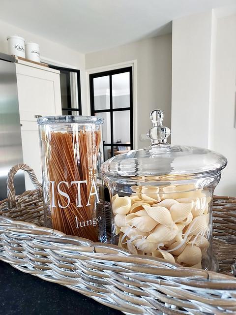 Riviera Maison glazen voorraadpotten met pasta in rieten dienblad