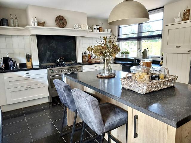 Kookeiland Belgisch hardsteen barkruk landelijke keuken