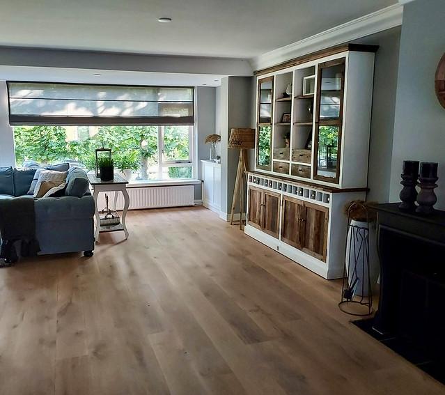 Riviera Maison woonkamer vouwgordijn transparant sidetable achter de bank