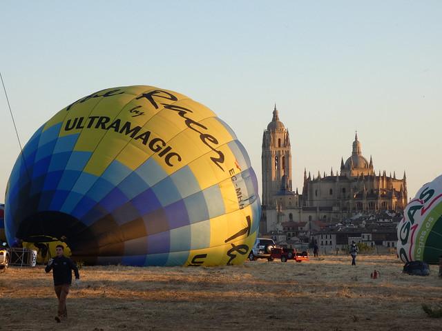 Hinchándose globo aerostático en Segovia con vistas a la catedral