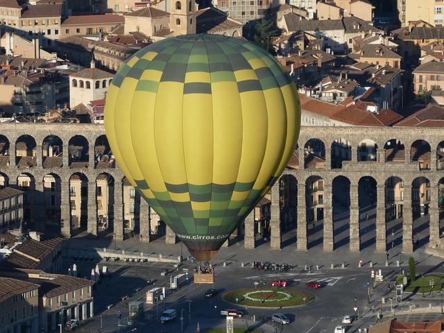 Globo sobre el acueducto de Segovia