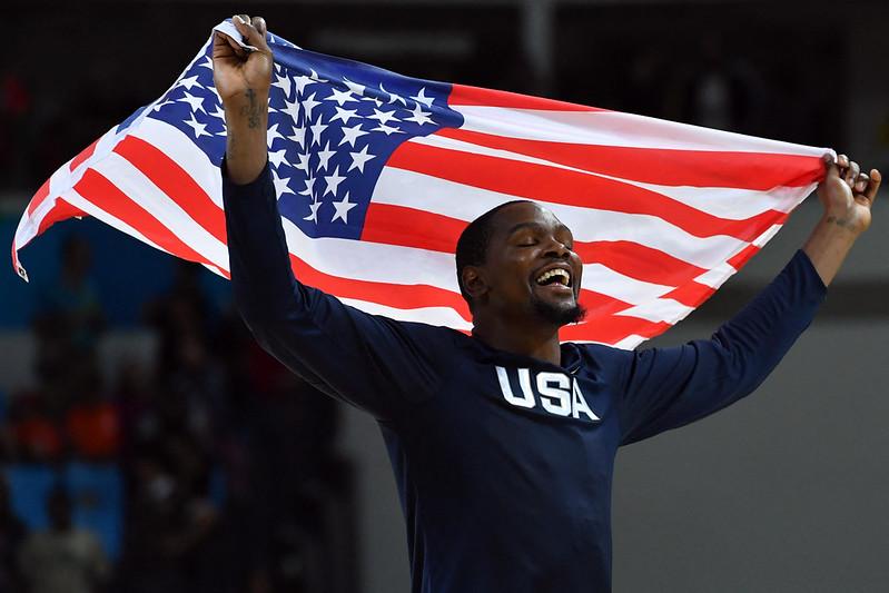 Kevin Durant在2016年里約奧運幫助美國男籃奪金後,披上美國國旗。【AFP授權。資料照】