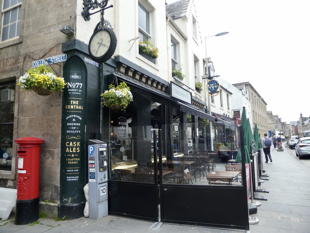 Attractive shops and cafes in St. Andrews