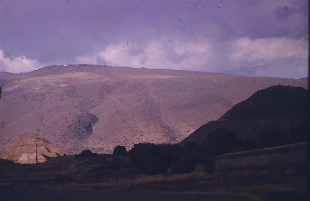 P1170839 Economy of Scale: Temple of the Sun (right), Moon (in sunshine) and Cerro Gordo (atras) Avenue of the Dead