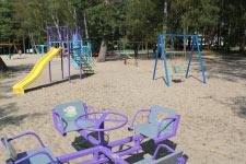 Территория Санатория Берестье летом - горки, качели, карусели на пляже