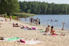 Территория Санатория Берестье летом - отдых на озере