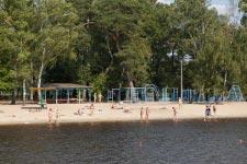 Территория Санатория Берестье летом - вид на пляж с лодочного причала