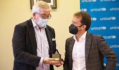 El alcalde Juan Carlos Abascal y el presidente de UNICEF País Vasco, Isidro Elezgarai.