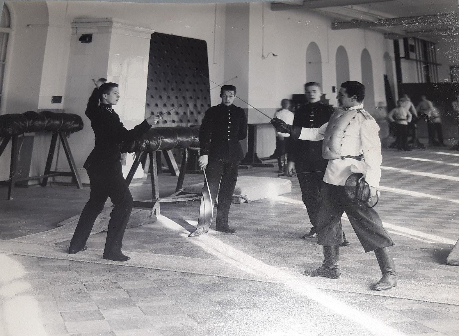 50. Занятия по фехтованию