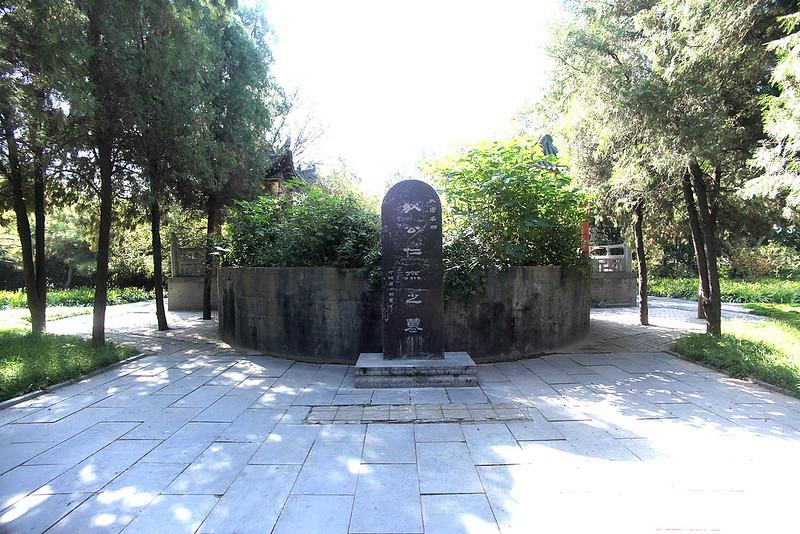 1280px-洛阳白马寺内狄仁杰墓