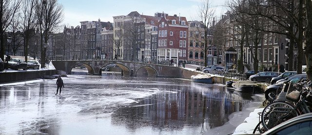 Skater enjoys beautiful ice on the Keizersgracht in the early morning