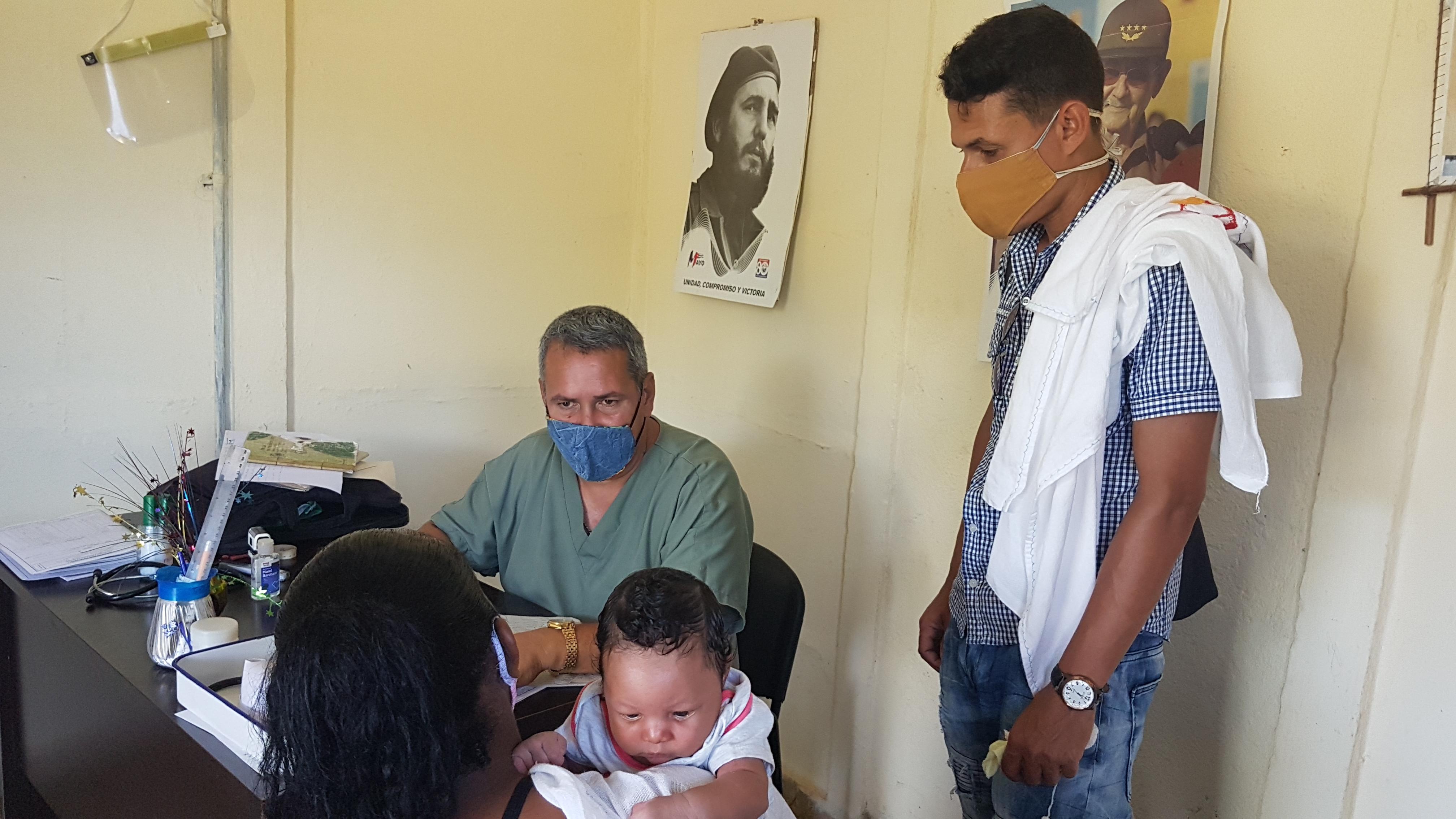 Pediatra baracoense en interconsulta Foto: Arelis Alba