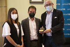El alcalde Juan Carlos Abascal, el presidente y la coordinadora de UNICEF País Vasco, Isidro Elezgarai y Elsa Fuente.