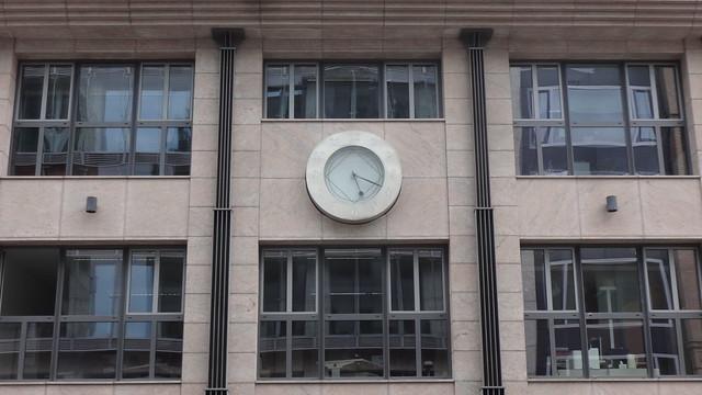 1998 Berlin Uhr am Bürohaus mit Wohnungen von Götz Bellmann/Walter Böhm Reinhardtstraße 31 in Friedrich-Wilhelm-Stadt 10117 Mitte