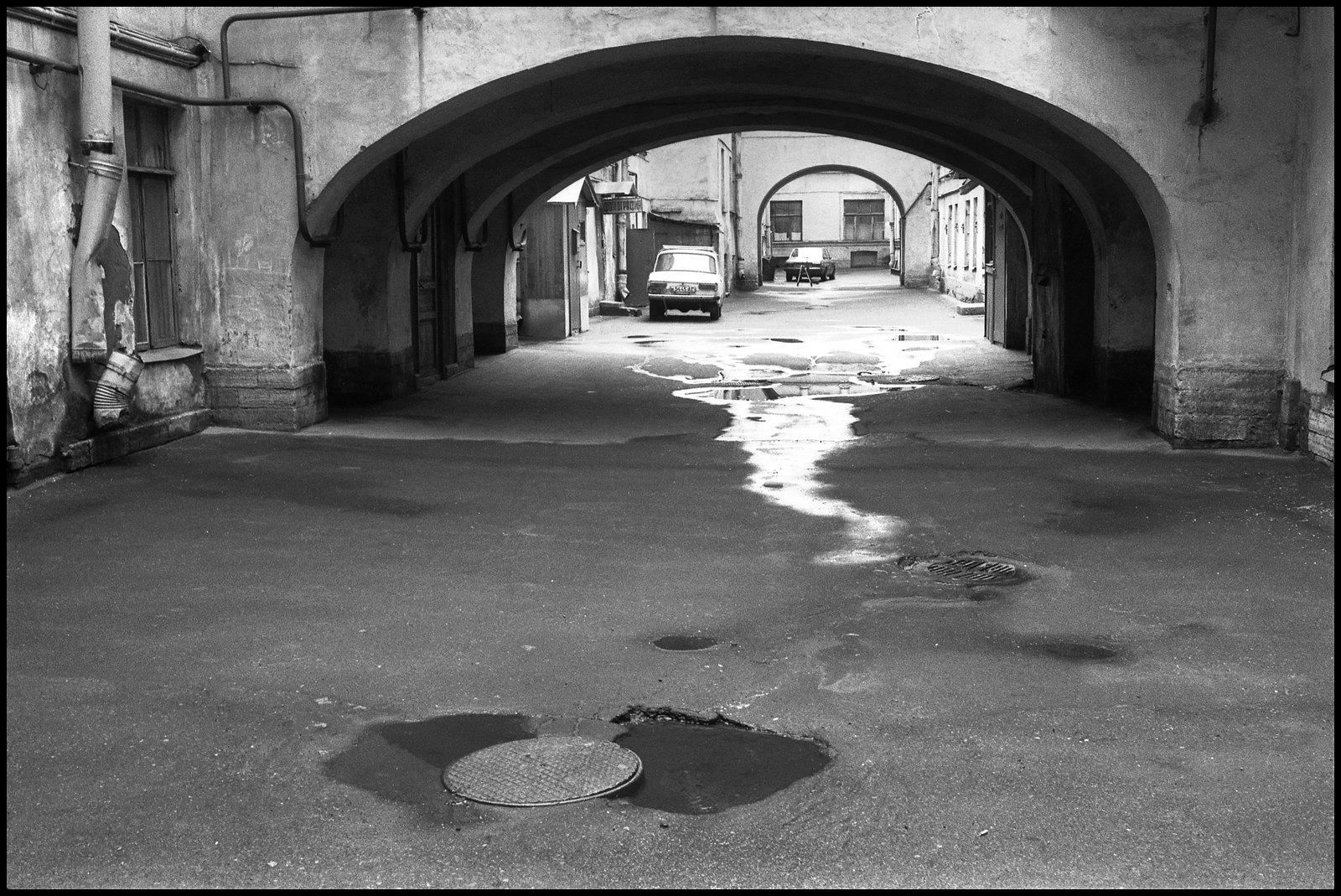 Дворы на Галерной. Проходной двор с арками и машины.