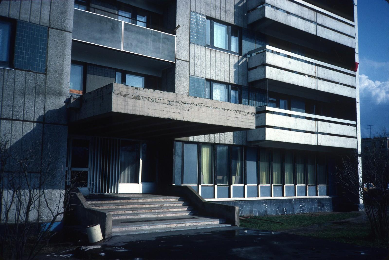 Проспект Маршала Жукова 31. Западный вход