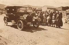 Automóvil Chevrolet, matricula AV (Ávila) y grupo de espectadores. h. 1920. Cliché de autor anónimo.  Colección Jose Luis Pajares. Artículo. EL DESAFIO DE VIAJAR.