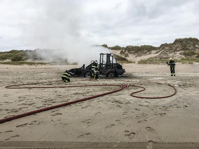 Vlieland - strand - wiellaadschop Westcord uitgebrand