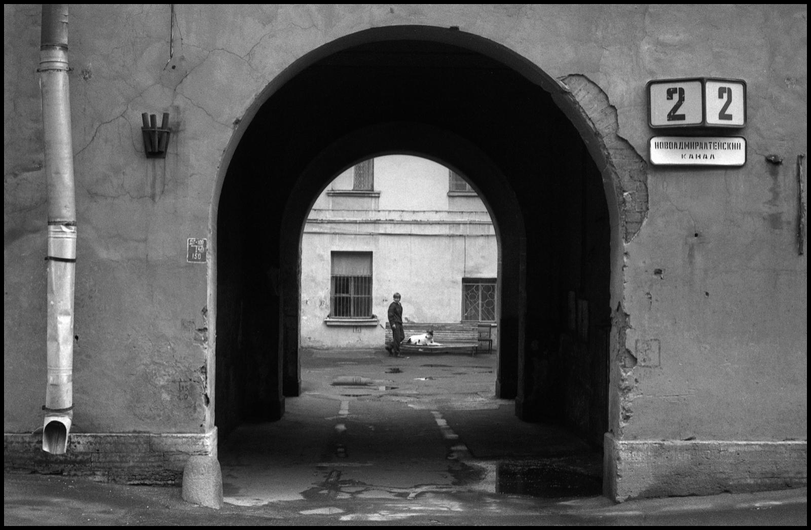 2000.  Дворы на Галерной. Мальчик в арке.