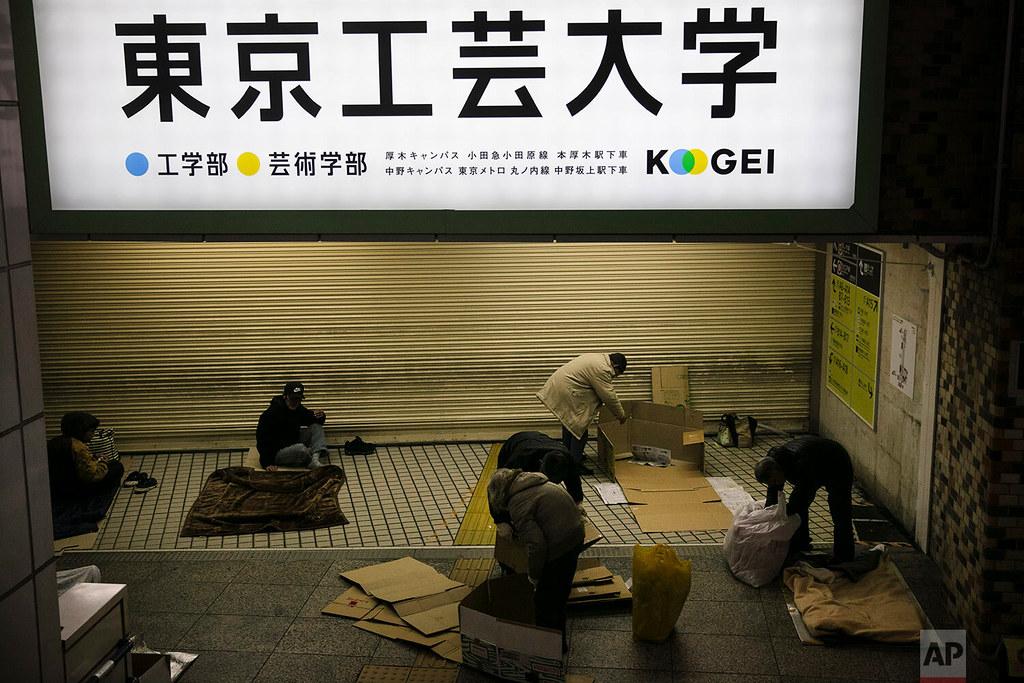 奧運在即,新宿車站前無家可歸的遊民遭到驅趕。(圖片來源:美聯社)