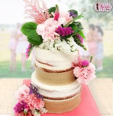 Tarta de boda con flores y arpillera